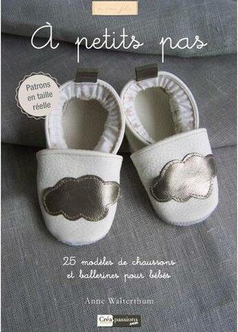 Couverture du livre « à petits pas ; 25 modèles de chaussons et ballerines pour bébé » de Anne Walterthum aux éditions Creapassions