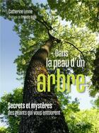Couverture du livre « Dans la peau d'un arbre ; secrets et mystères des géants qui vous entourent » de Catherine Lenne aux éditions Belin