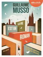 Couverture du livre « La vie est un roman - livre audio 1 cd mp3 » de Guillaume Musso aux éditions Audiolib