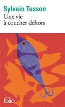 Couverture du livre « Une vie à coucher dehors » de Sylvain Tesson aux éditions Gallimard